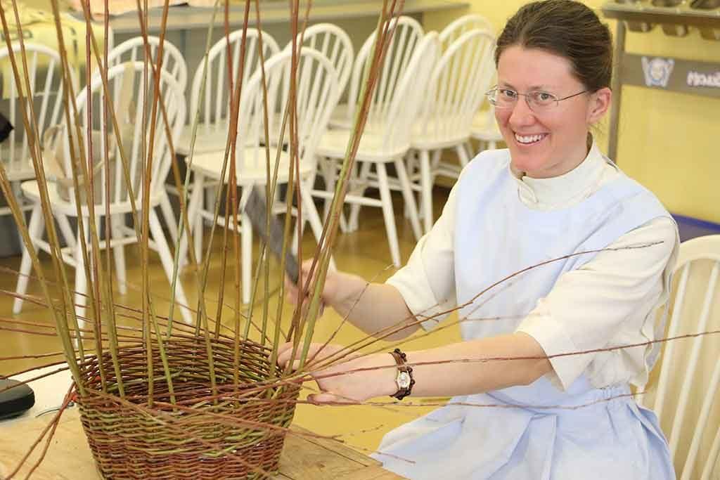 Pletenie hubárskeho košíka. Dobre sa plietlo aj v takomto slávnostnom oblečení.