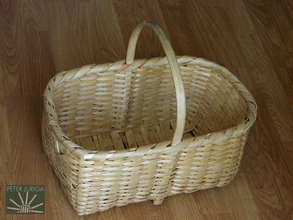1994 Tento košík z lieskových lubov je mojím dielom naozaj iba čiastočne - poskladal som ho z materiálu starostlivo pripraveného už zosnulým pánom Moravčíkom z Badína | Peter Juriga