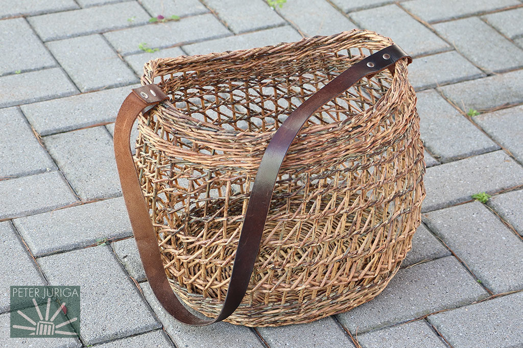 Oválna kabelka upletená opakovaným použitím tradičnej írskej techniky. Tam sa ňou vypletal iba úzky pruh. Na tejto kabelke je ňou vypletená takmer celá stena.